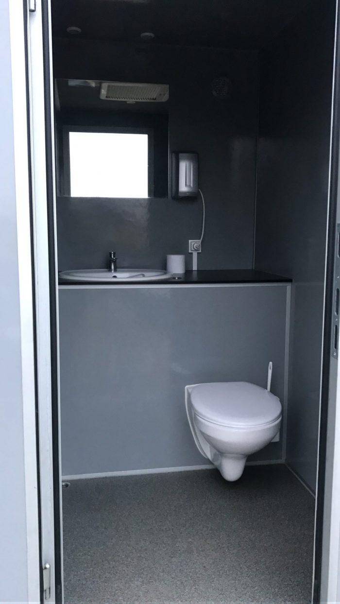 Mini toiletwagen binnen